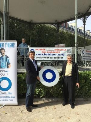 Monsieur le Docteur Jean Lacoste, en lieu et place de Monsieur François Bayrou, reçoit le symbolique panneau sans indication.